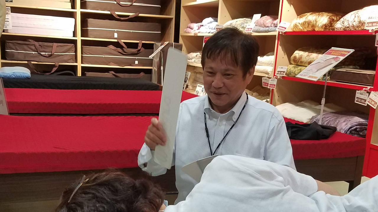 店舗で板のようなものを計測中の枕の下に挟み込んで、お客様に寝心地などをお聞きしている様子を店舗で拝見したことがあります。