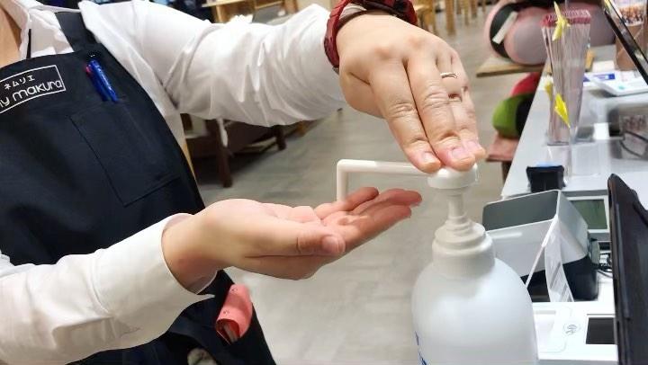 【マイまくらベッド コースカベイサイドストアーズ横須賀店】手指の消毒、まくらの除菌クリーニング、作業台の清掃など、感染症予防対策を徹底しています。